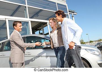 auto, paar, dealership, buiten, verkoper