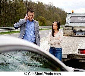 auto, paar, straßenrand, kaputte