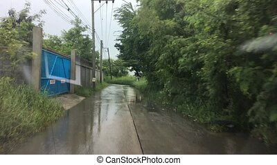 auto, reitet, in, schwerer regen, auf, a, floode