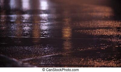 auto, scheinwerfer, und, regen, auf, nässen bürgersteig, an,...