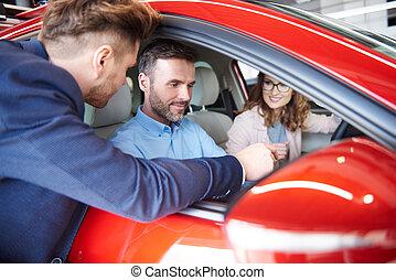 auto, verkäufer, raten, paar, mit, vehicale