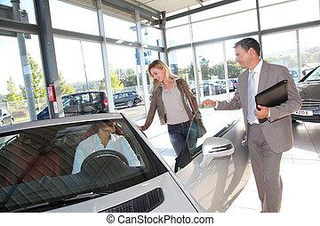 auto, verkoper, met, paar, in auto, dealership
