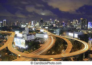 autobahn, in, nacht, mit, autos, licht, in, modern, stadt