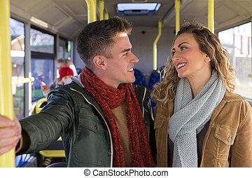 autobus, couple, heureux