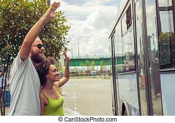 autobus, couple, jeune, onduler, leur, revoir, amis
