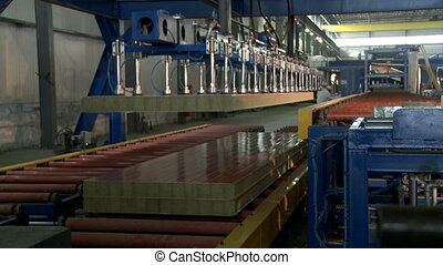 Automated machine for moving sandwich panels