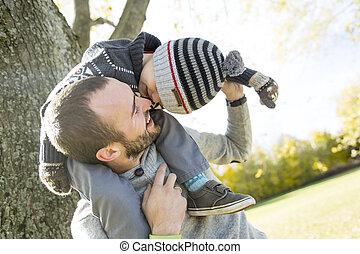 automne, épaules, sien, donner, cavalcade, père, fils, ferroutage, park., portrait, heureux