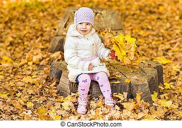 automne, bébé, peu, feuilles, girl