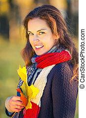 automne, belle femme, parc, jeune, portrait