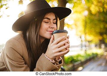 automne, café, boire, portrait, parc, jeune femme, marchant