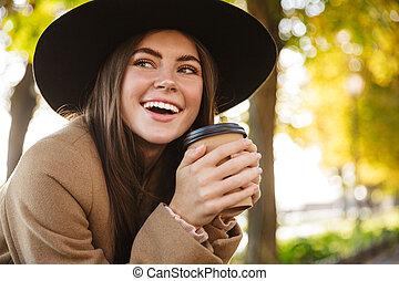 automne, café, heureux, boire, portrait, parc, femme, marchant