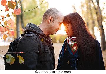 automne, couple, parc, ensemble, aimer