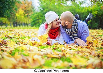 automne, couple, parc, jeune, heureux