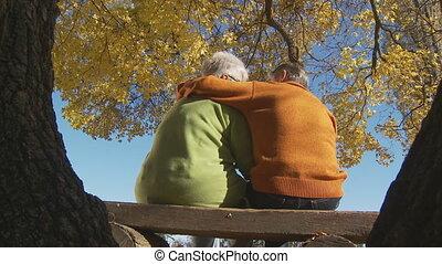 automne, couples aînés, backview