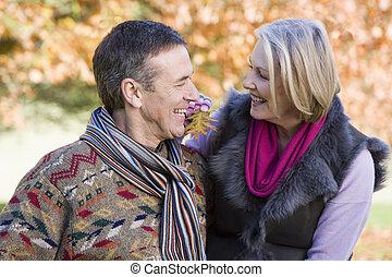 automne, couples aînés, promenade