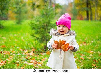 automne, dorlotez fille, parc, heureux