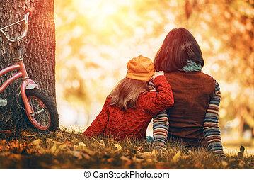 automne, famille heureuse, promenade
