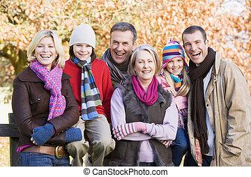 automne, famille multi-génération, promenade