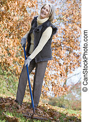 automne, femme aînée, feuilles, ranger