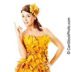 automne, femme, dans, robe jaune, de, feuilles érable, sur, blanc