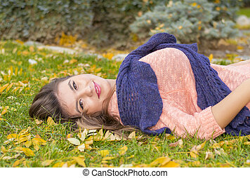 automne, femme, herbe, jeune, mensonge