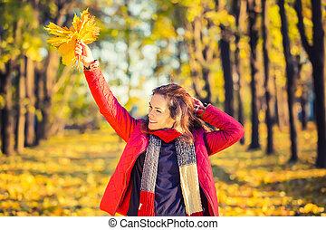 automne, femme heureuse, parc, jeune