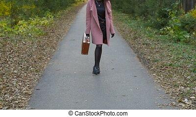 automne, femme, parc, jeune, valise