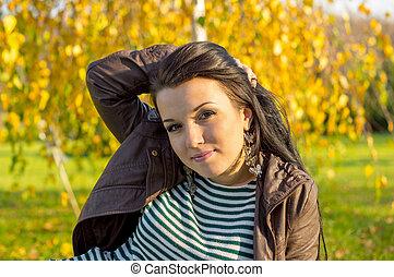 automne, femme, parc, pose, jeune, bas, terrestre