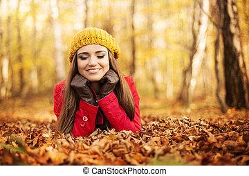 automne, femme souriante, parc, délassant