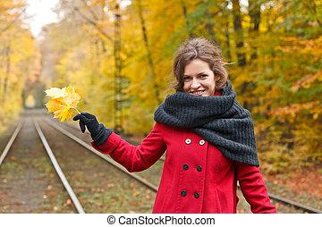 automne, femme souriante, parc