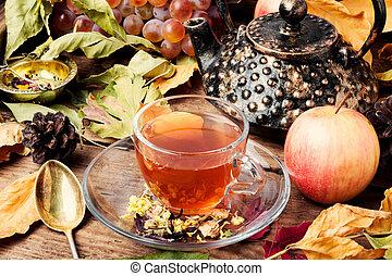 automne, feuilles thé, tasse