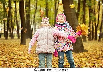 automne, filles, feuilles, parc, jouer