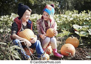 automne, frères soeurs, potirons, heureux