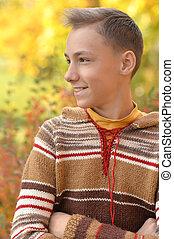 automne, garçon, heureux, parc, portrait