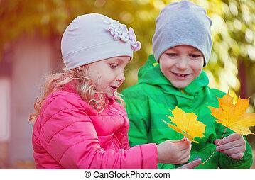 automne, heureux, parc, enfants jouer