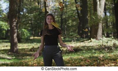automne, lent, elle, couverture, feuilles, arbre, type caractère jaune, onduler, park., branche, girl, mouvement, érable
