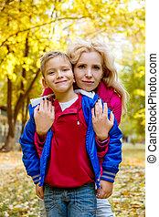 automne, mère, parc, étreindre, fils