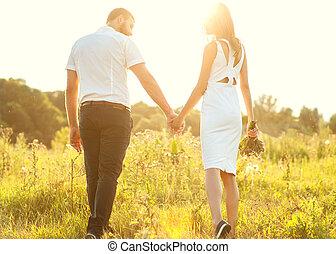 automne, marche, amour, couple, parc, jeune regarder, coucher soleil, tenant mains