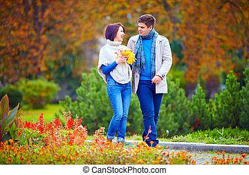automne, marche, parc, couple, heureux