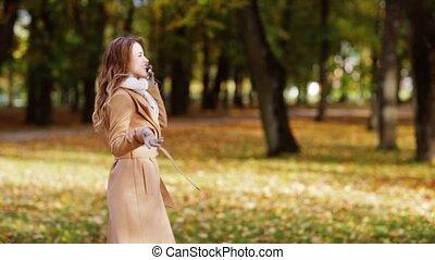 automne, marche, smartphone, parc, femme