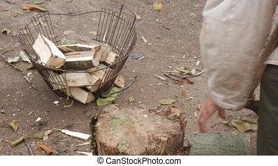 automne, papy, winter., pauvre, russe, bois brûler, récolte, bois, côtelettes, yard., village, stump., hache