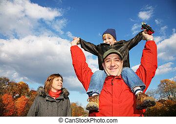 automne, parc, jeune famille, dehors