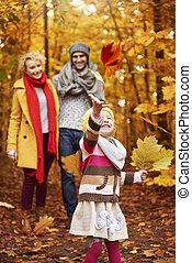 automne, petite fille, pousse feuilles, jouer