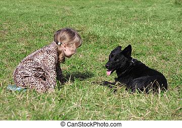 automne, peu, s'accroupit, pardessus, chien, day., fille noire, herbe