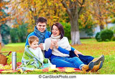 automne, pique-nique, ensemble, famille, heureux