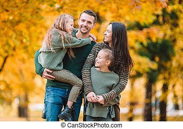 automne, quatre, famille heureuse, portrait