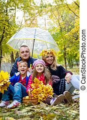 automne, quatre, parapluie, famille, sous
