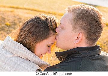 automne, sien, doux, parc, jeune, front, petite amie, baisers, homme, kiss., beau