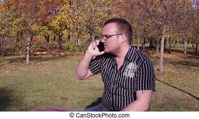 automne, téléphone, homme, parc, conversation