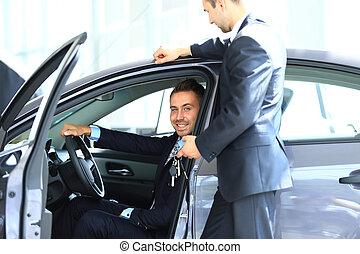 automobile, salone, giovane, scegliere, uomo